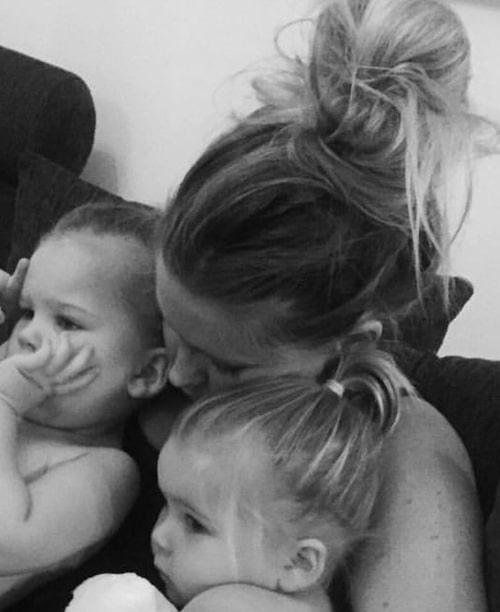 Therese med sina tvillingtjejer.