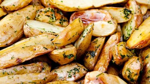 Recept på ugnsbakad sparrispotatis med dillolja.