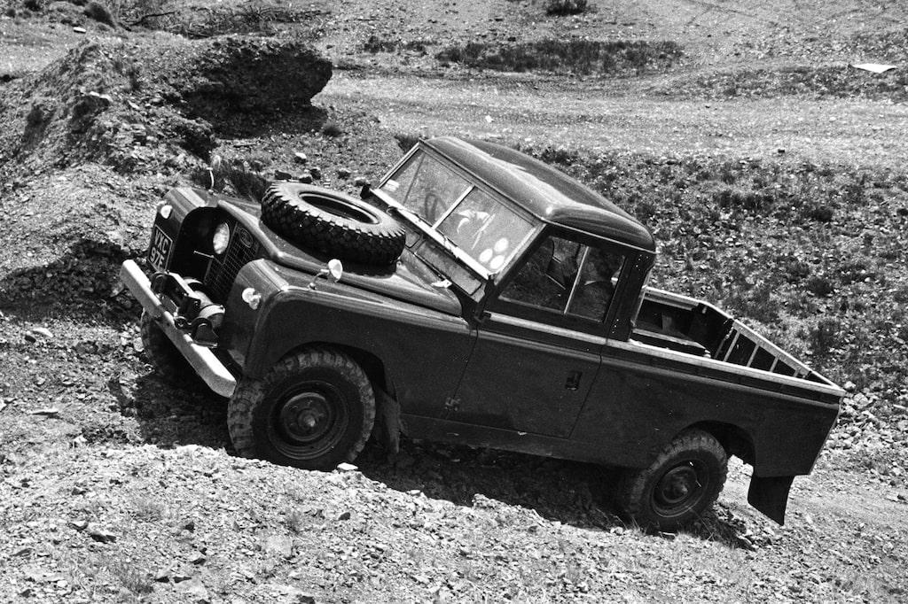 Först med serie II, lanserad 1958, kopplades designavdelning in. Här föddes den markerade sidolinjen som är typisk för Defender.