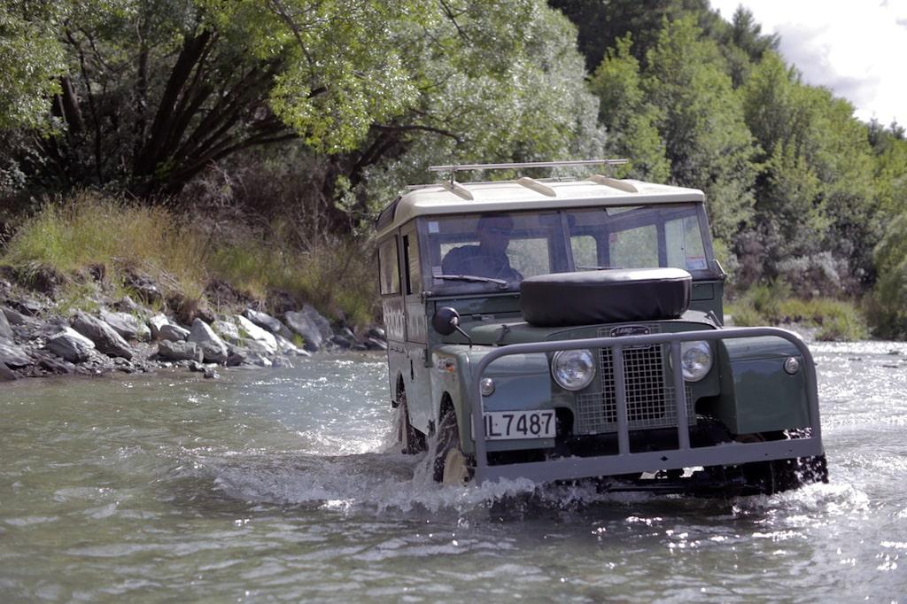 Serie I började sitt liv 1948 och kallades kort och gott Land Rover för att skilja den från de andra Rover-modellerna som byggdes för väg.