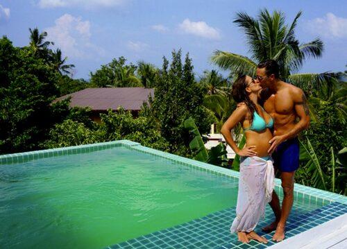 """""""När bilden ovan togs på mig och Christoffer vid poolen den 31/12 -2015 var vår lilla bäbis i magen redan död. Bilden ger mig ändå en känsla av glädje då vi var så extremt lyckliga när bilden togs."""" skriver Denise Lopez i sin blogg.    Foto: Privat / nouw.com/deniselopez"""