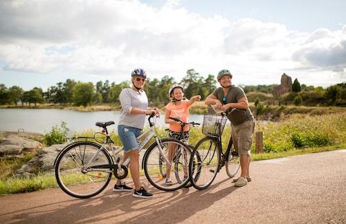 Ta en cykeltur på Ålands röda vägar!Foto: Visit Åland/Therese Andersson