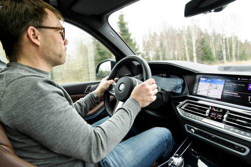 Bakom ratten är det lätt att trivas i BMW X5 xDrive45e, inte minst i en fullutrustad bil som denna.