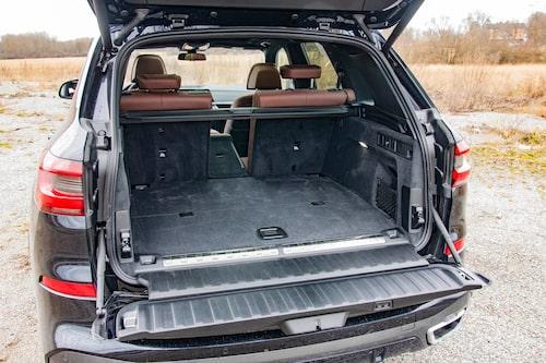 Inget överdrivet stort bagageutrymme, men BMW var tidiga med 40/20/40-delning av baksätet. Bra!