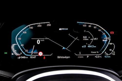 Det digitala mätarklustret, här med navigationsvisning mellan de två huvudmätarna.