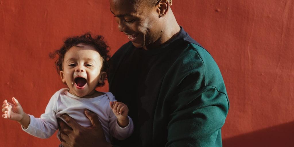 Glad och nyfiken –men tillbakadragen inför andra vuxna. Är det för tidigt att börja i förskolan då?