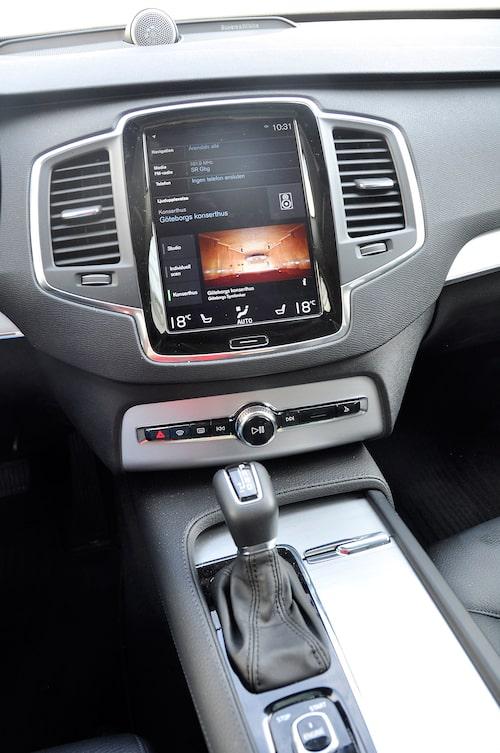 Den centralt monterade infoskärmen Sensus är samma i alla nya Volvo, kräver inlärning för bästa handhavande.