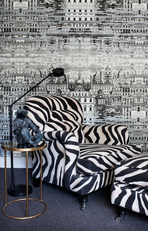 Djurmönstren går igen överallt. Howardfåtöljen i zebramönstrat Ralph Lauren-tyg står framför Fornasettitapeten i Camillas arbetsrum.