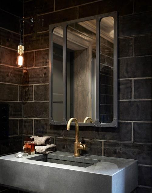 Även badrummet är inrett som en mörk, lyxig oas. Lampa, Buster & Punch. Spegel,Riis interiör, kran, Tapwell, handfat, Stenprosjekt och handdukar, Lexington.