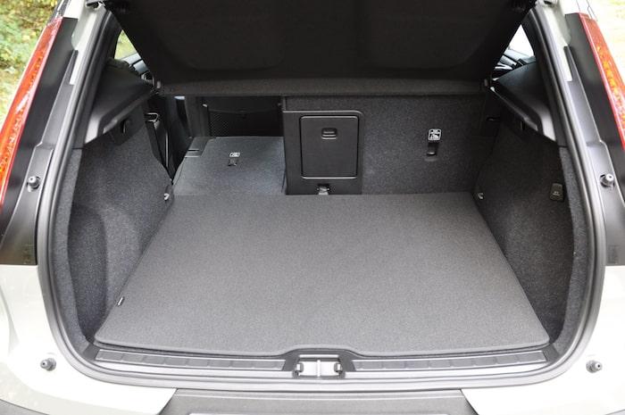 Bagageutrymmet är oförändrat jämfört med vanliga XC40, under golvet finns plats för småprylar.