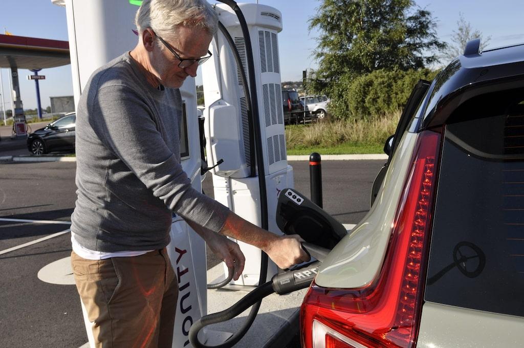 Laddtiden till 80 procent är 8 timmar med 11 kW, eller 40 minuter med 150 kW via snabbladdning.