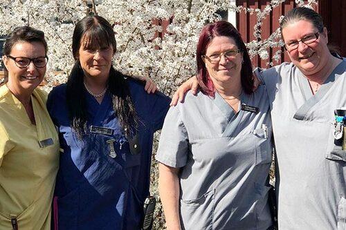 Undersköterskan Ingela Berg, till vänster, tillsammans med sina kollegor Charlotte Nilsson, Susanne Hjertström och Diana Fors.