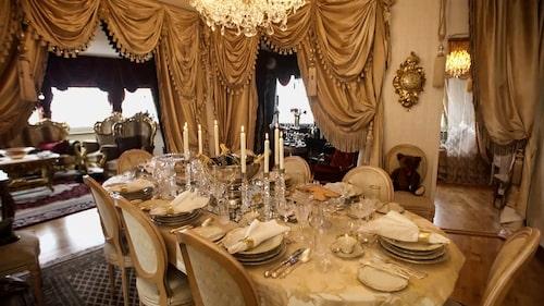 Vem har inrett sin lägenhet som ett 1700-talspalats?