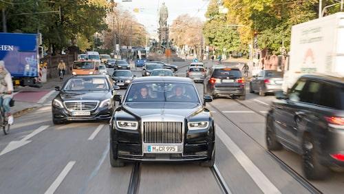 """Nya Rolls-Royce Phantom i morgonrusningen. Notera """"lilla"""" Mercedes S-klass till vänster."""