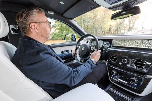 En stor del i upplevelsen är den nya fyrhjulstyrningen som motstyr med upp till tre graders vinkel i farter lägre än 60 km/h.