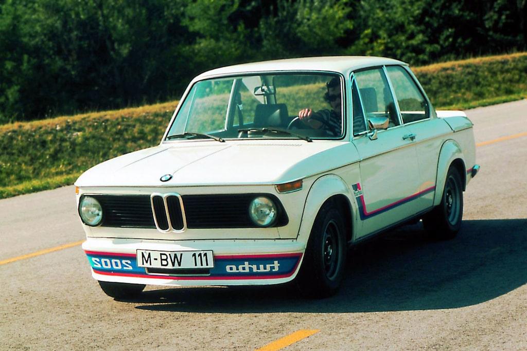 BMW 2002 turbo. 1973. Inte en riktig M-bil men kan ses som en första prototyp efter att man året innan byggt lättviktsbygget 3.0 CSL för tävlingsbruk.