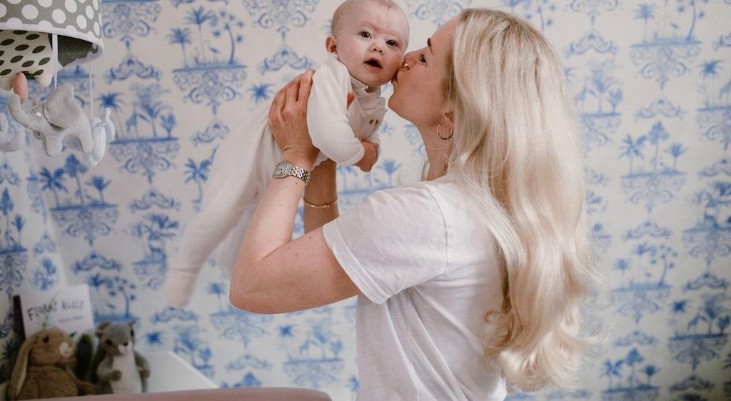 Floras fosterrörelser blev hetsigare i slutet av graviditeten, något som Camilla Åstrand reagerade på.