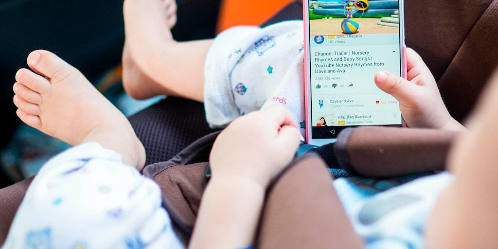 Det finns inget stöd för WHO:s åldersrekommendation för barn och skärmar, säger forskaren Elza Dunkels.