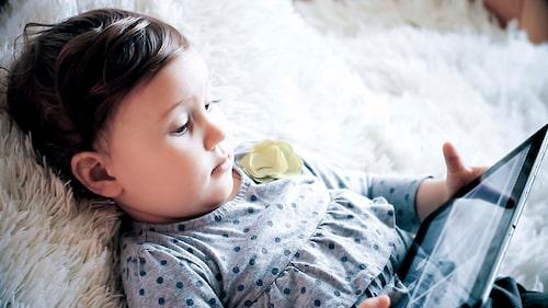 Hur mycket skärmtid är lagom? Det beror bland annat på hur barnets tillvaro ser ut i övrigt, anser forskaren Mikael Heimann.