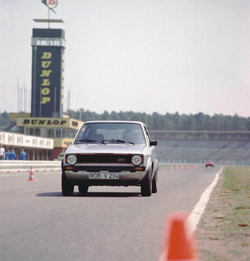 Volkswagens medicin mot 1970-talets bilkris var Golf GTI. Bilen som blev pionjär för ett helt nytt segment kom till Sverige sommaren 1976 och började genast köra cirklar runt bilar som förr ansetts snabba. 1982 blev Golf GTI ännu snabbare då motorn växte till 1,8 liter.