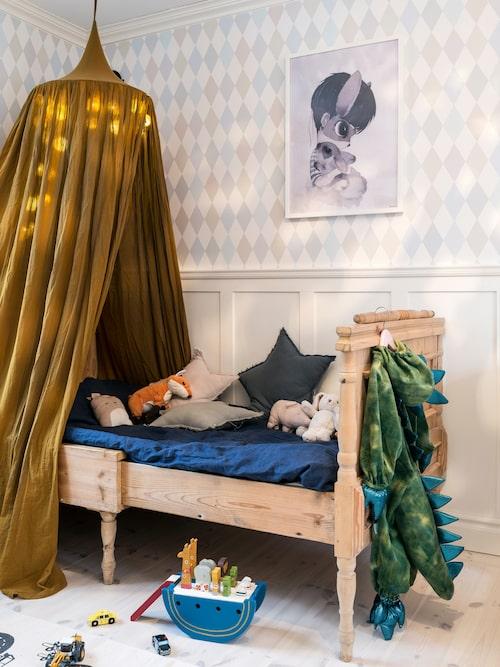 Sonen Vilhelms rum. Säng, köpt i antikaffär, sänghimmel, Numero 74, tavla Mrs Mighetto, tapet Cole & son, Noaks ark, Maileg.