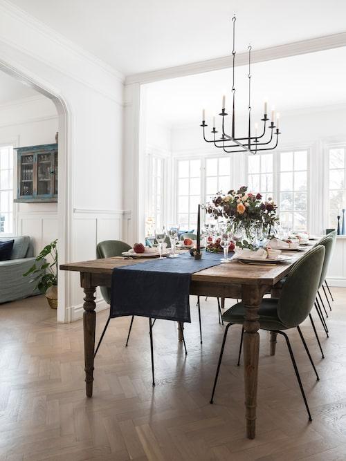 Den vackra stavparketten får bre ut sig och döljs inte av någon matta. Runt matsalsbordet samlas släkt och vänner till långa sittningar under ljuskronan.