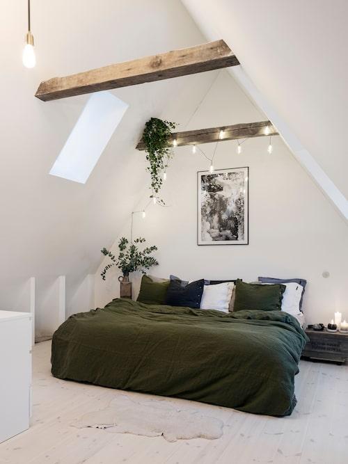Sovrummet i den nya delen av huset är Hannas och Mikaels privata tillflykt, här råder totalt lugn. Takbjälkarna kommer från rivningen av Klarakvarteren i Stockholm och gör att rummet känns som en vindsvåning, något som citytjejen Hanna älskar.