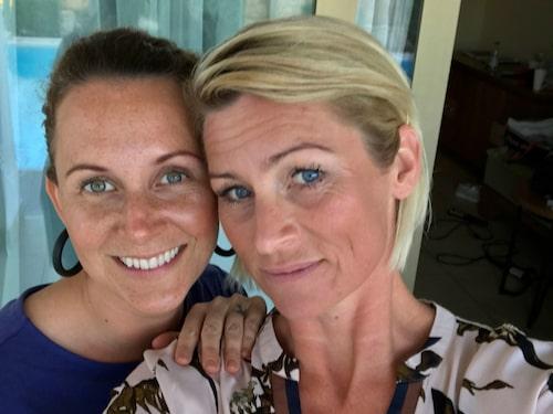 Resedeltagaren Johanna Leihed (th) och kompisen Ida Gårdemark.
