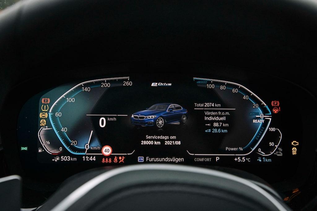 BMW:s så kallade Live Cockpit kan visa väldigt mycket information på samma gång.