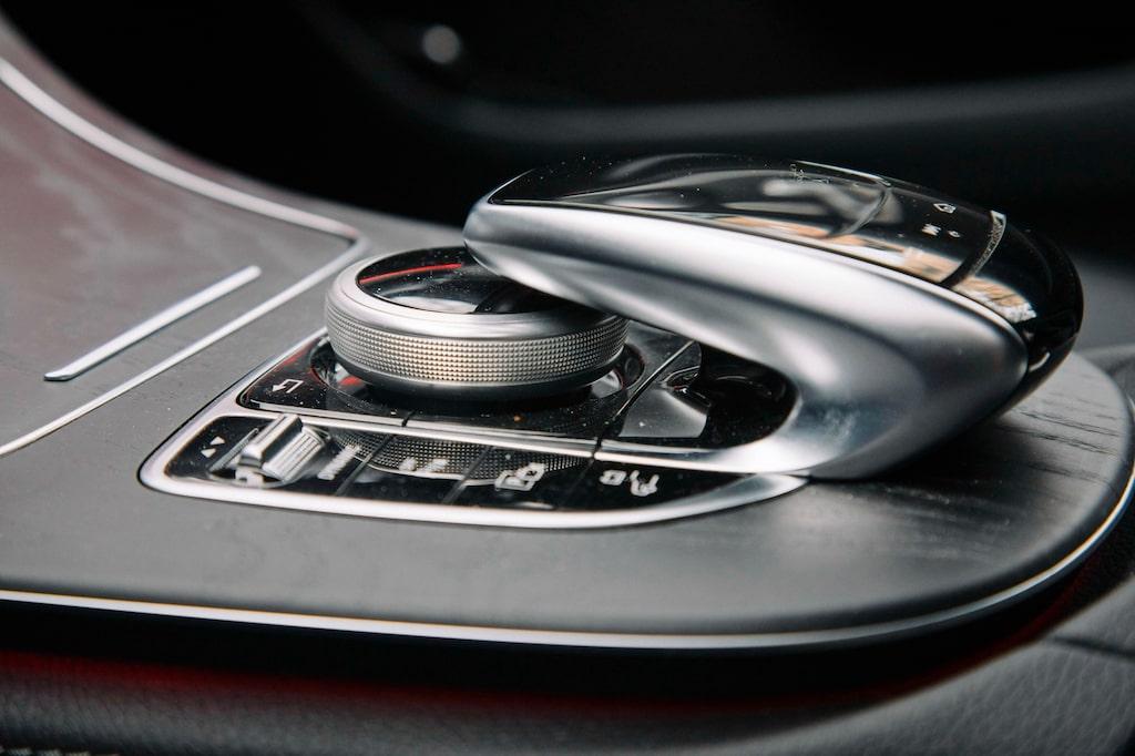Den märkliga styrmojängen till infotainmentsystemet är tack och lov borta i nyare Mercedes-modeller.