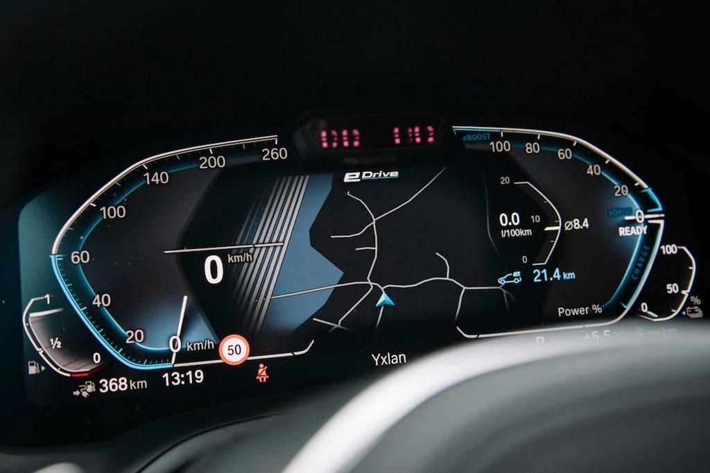 Den digitala instrumenteringen framför ratten ingår som standard. Snygg men inte så tydlig.