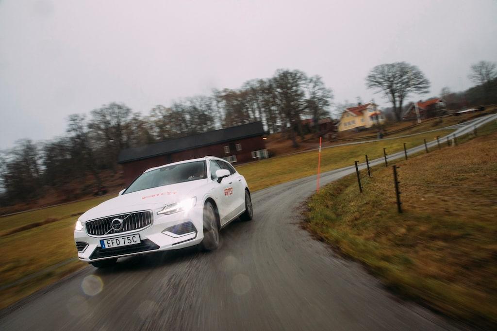 På halt underlag är Volvons fyrhjulsdrift inte helt förutsägbar. Elmotorns kraft är svårdoserad.
