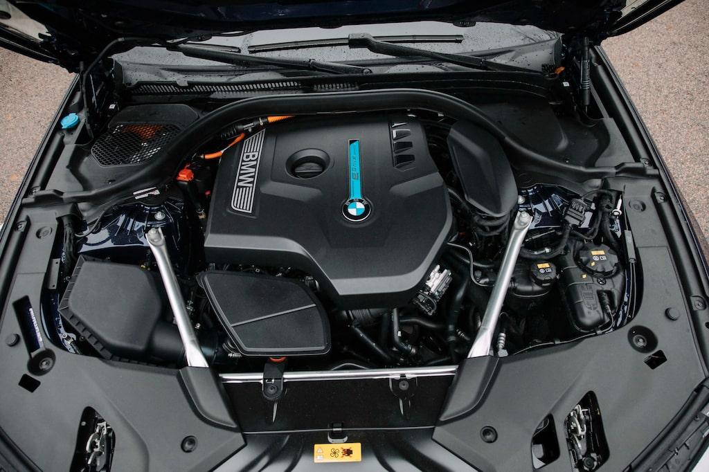 Morotsutry... Förlåt, motorutrymmet i 530e är som vanligt rejält inplastat. Total effekt 252 hk.
