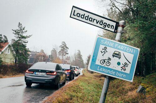 Testlaget letade efter Sladdgatan som leder till Kontaktgatan men förirrade sig in på Laddarvägen utanför Åkersberga.