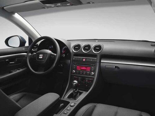 Inredningen kommer från Audi A4 Cabriolet och håller hög klass i passning och layout, men känns samtidigt lite omodern.