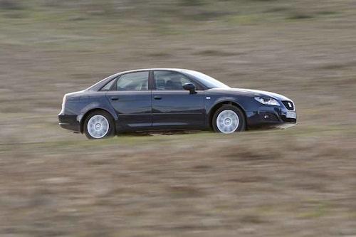 """Seat har inte gjort det särskilt svårt för betraktaren att se vilken bilmodell som ligger till grund. Den typiska """"Seat-linjen"""" på sidan saknas. Utrymmet mellan motorn och grillen har ökats för att förbättra fotgängarsäkerheten."""