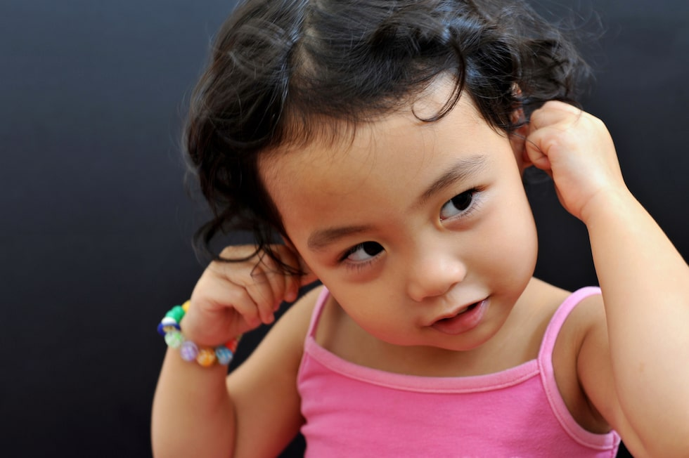 När bebisar upptäcker sina öron är det vanligt att de drar och gnuggar,