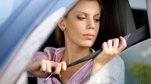 Bilbältet är så enkelt att ta på och så räddar det liv, ändå är det skrämmande många som inte använder denna detalj som utgör den viktigaste säkerhetsfunktionen i en bil.