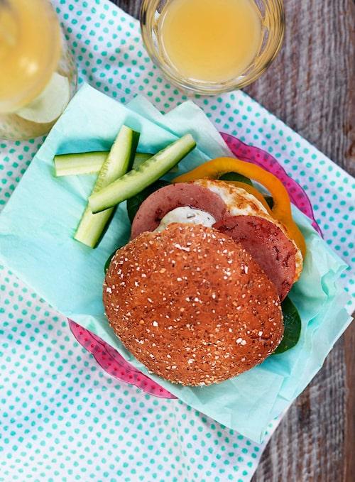 Mellan två hamburgerbröd kan man lägga nästan vad som helst. Allra enklast: några skivor falukorv och ett stekt ägg.