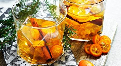 Recept på kryddig äppelmust med kumquats.