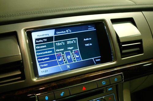 Många funktioner styrs från touchskarmen. Här håller ventilationsutsläppen på att vikas upp.