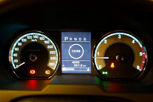 Snygg och ren instrumentering, den lilla pricken i cirkeln visar vilket växelläge som är valt. I detta fall parkering.