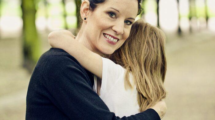 Trebarnsmamman Linda Skugge får mest bara krama minstingen Mika, 6, numera.
