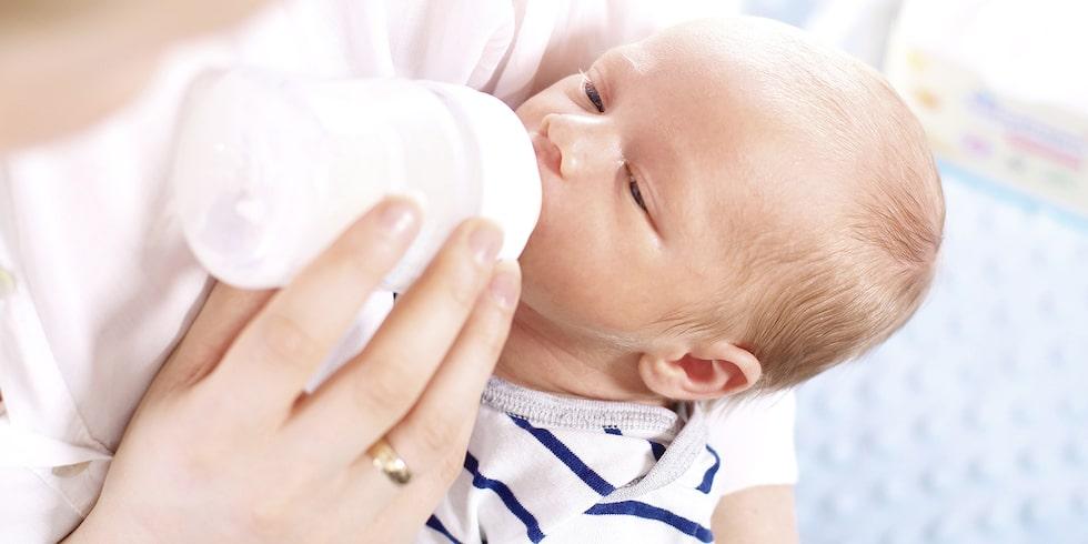 Flaskmatning väcker ibland starka reaktioner hos omgivningen – och skuldkänslor hos den som flaskmatar. Foto: Shutterstock