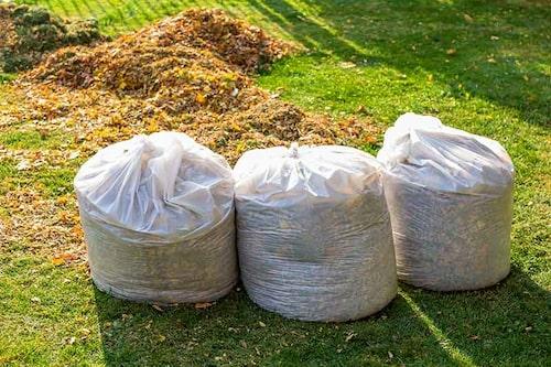 Löv kan användas direkt på hösten som täckmaterial, eller så lagrar man det som lövkompost till våren.