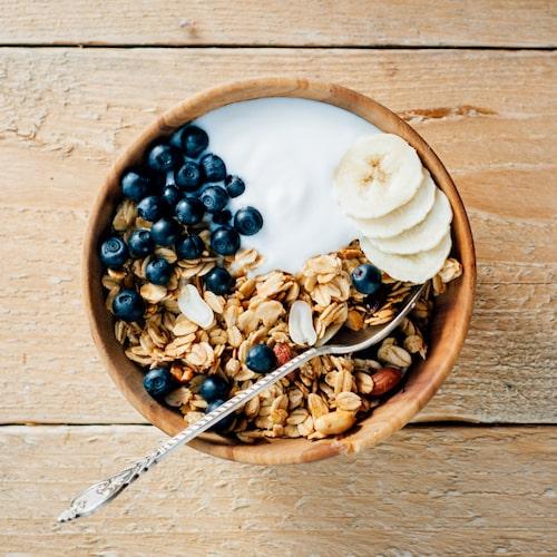 Banana split till frukost?! Yepp, du läste rätt! Axa:s granola med kakao ger denna bowl en chokladig touch! Variera med frukt och bär efter säsong.