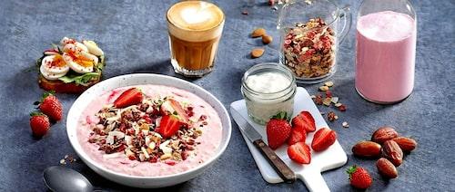 En smoothie bowl med jordgubbar och kokos kan bli en hit för alla i familjen. Superenkel att göra med lite hjälp från Axa Simply Great Granola .