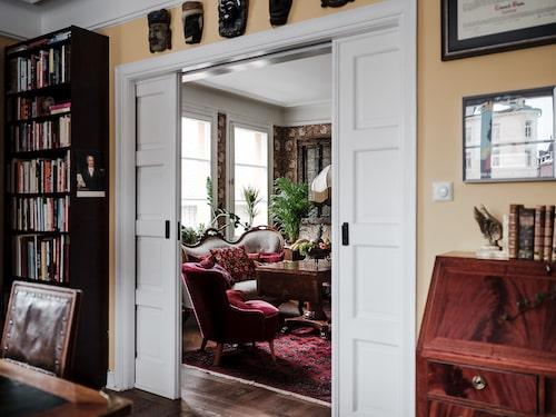 Ta dig in till salongen via de vita, vackra skjutdörrarna.
