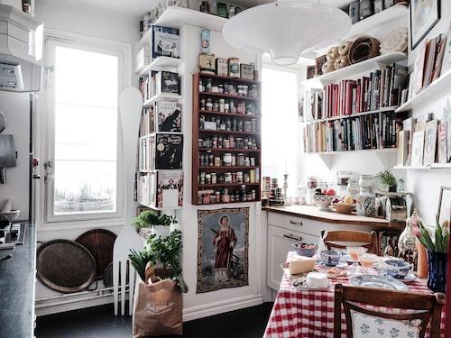 Tittar du noga så ser du hur Edwards och Gunillas egna kokböcker trängs i hyllorna bland flera andra kokböcker.