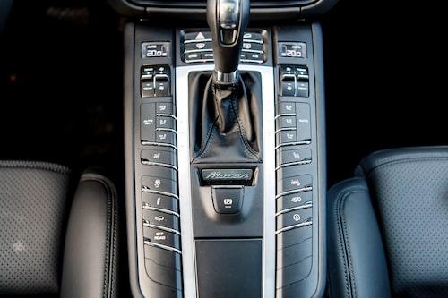 Macan har fortfarande Porsches äldre mittkonsol med knappar i överflöd.
